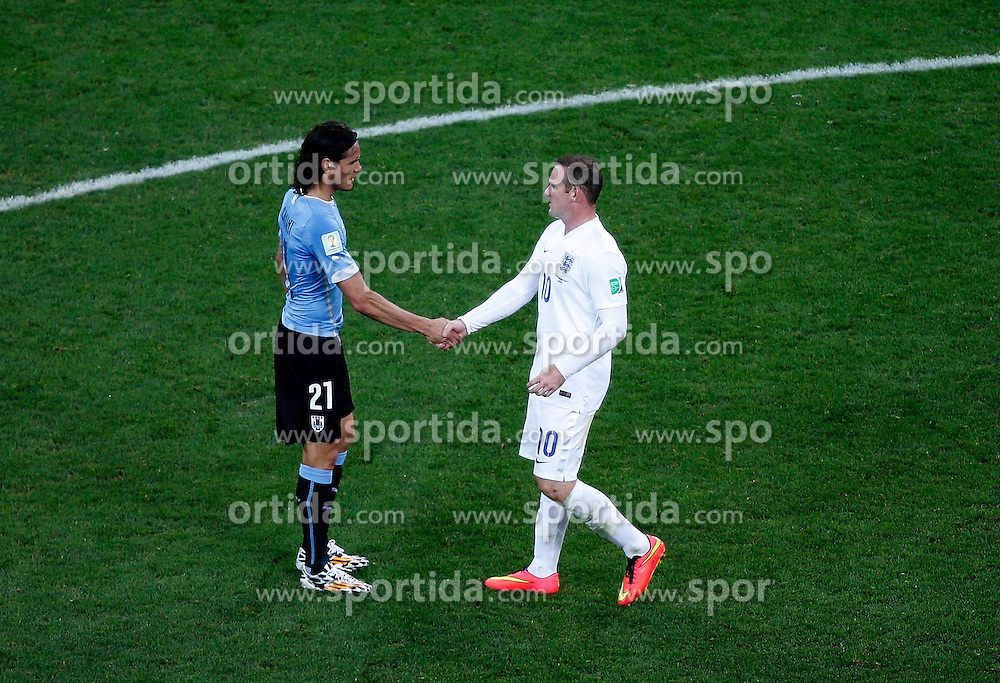 19.06.2014, Arena de Sao Paulo, Sao Paulo, BRA, FIFA WM, Uruguay vs England, Gruppe D, im Bild Uruguay's Edinson Cavani shakes hands with England's Wayne Rooney // during Group D match between Uruguay and England of the FIFA Worldcup Brasil 2014 at the Arena de Sao Paulo in Sao Paulo, Brazil on 2014/06/19. EXPA Pictures &copy; 2014, PhotoCredit: EXPA/ Photoshot/ Liao Yujie<br /> <br /> *****ATTENTION - for AUT, SLO, CRO, SRB, BIH, MAZ only*****