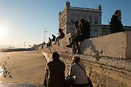 Portugal. Lisbon. the seaside in front of Praca do commercio  /   les lisboetes se rassembent le soir au coucher du soleil sur  la rive devant la place du commerce . Lisbonne