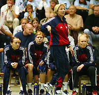 Håndball, 25. september 2002. Treningskamp, Norge - Jugoslavia 28-29. Marit Breivik trener for Norge med Kristine Lunde, Tonje Larsen og Heidi Tjugum Mørk bak seg på benken.