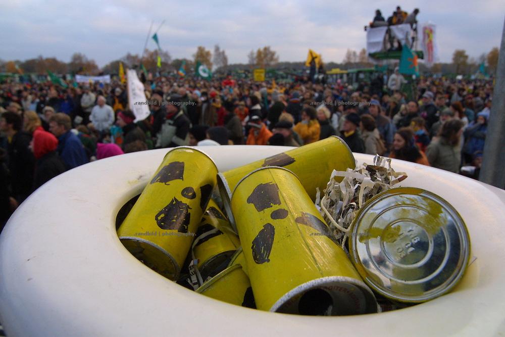 Radioaktive Dosen in einer Toilettenschüssel als Atomklo am Rande einer Demonstration in Dannenberg. kreativität und Vielfältigkeit zeichnet den Widerstand gegen die Gorlebener Atomanlagen