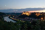 Burg zu Burghausen, Altstadt von Burghausen, beleuchtet bei Dämmerung, , Bayern, Deutschland.. | ..Burghausen Castle, old town of Burghausen at dusk,  Bavaria, Germany