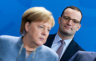Bundeskanzlerin Angela Merkel (CDU) und Gesundheitsminister Jens Spahn (CDU) bei der Übergabe des Herbstgutachtens des Sachverständigenrates an die Bundesregierung in Berlin / 07112018, Deutschland