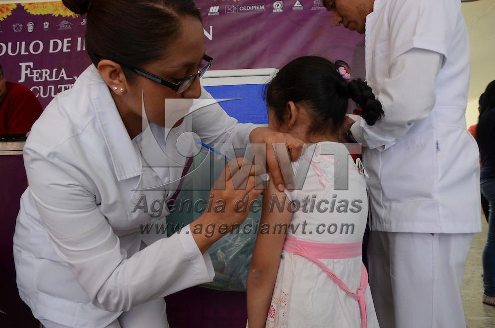 Toluca, México.-Estudiantes de la facultad de medicina de la UAEM, realizan una  campaña de vacunación contra la Influenza en la Concha Acustica de los portales de la capital Mexiquense.  Agencia MVT / José Hernández