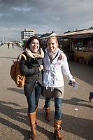 Nederland. Den Haag, 27 februari 2010.<br /> Partij voor de Vrijheid, PVV. Flyeren, campagnevoeren in Kijkduin. Op het Deltaplein arriveren de kandidaten van de PVV voor de gemeenteraadsverkiezingen. Nummer 5 op de lijst : Danielle de Winter. Met hartsvriendin op de boulevard. Politiek, lokale politiek<br /> Foto Martijn Beekman