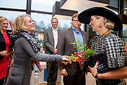 Koningin Maxima bij de uitreiking van de Tuinbouw Ondernemersprijs 2016 in het Oranje Nassau Paviljoen in de Keukenhof <br /> <br /> Queen Maxima at the presentation of the Horticultural Entrepreneur Award 2016 in the Oranje Nassau Pavilion at the Keukenhof<br /> <br /> Op de foto: Aankomst Koningin Maxima