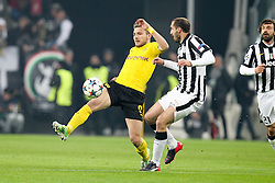 24.02.2015, Veltins Arena, Turin, ITA, UEFA CL, Juventus Turin vs Borussia Dortmund, Achtelfinale, Hinspiel, im Bild l-r: im Zweikampf, Aktion, mit Ciro Immobilie #9 (Borussia Dortmund) und Giorgio Chiellini #3 (Juventus Turin) // during the UEFA Champions League Round of 16, 1st Leg match between between Juventus Turin and Borussia Dortmund at the Veltins Arena in Turin, Italy on 2015/02/24. EXPA Pictures © 2015, PhotoCredit: EXPA/ Eibner-Pressefoto/ Kolbert<br /> <br /> *****ATTENTION - OUT of GER*****