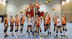 21-05-2014 NED: Selectie Nederlands volleybal team vrouwen, Arnhem<br /> Op Papendal werd het Nederlands team volleybal seizoen 2014-2015 gepresenteerd / Teamfoto met het ballenapparaat