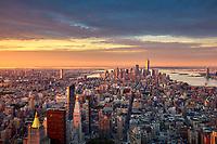 Morgendlicher Blick auf die Skyline von New York vom Empire State Building aus.  Übrigens hat das Empire State Building 365 Tage im Jahr von 8 Uhr morgens bis 2 Uhr nachts geöffnet.