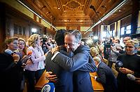Den Haag, 9 oktober 2018<br /> De nieuwe fractievoorzitter Rob Jetten (L) en Alexander Pechtold (D66) omhelzen elkaar  na afloop van een fractievergadering van D66 waar over de opvolging van scheidend fractievoorzitter Alexander Pechtold werd gesproken. Foto:Phil Nijhuis