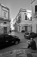 Lecce - Una domenica silenziosa consente la lettura di un quotidiano seduti sui gradini della Chiesa di San Matteo.