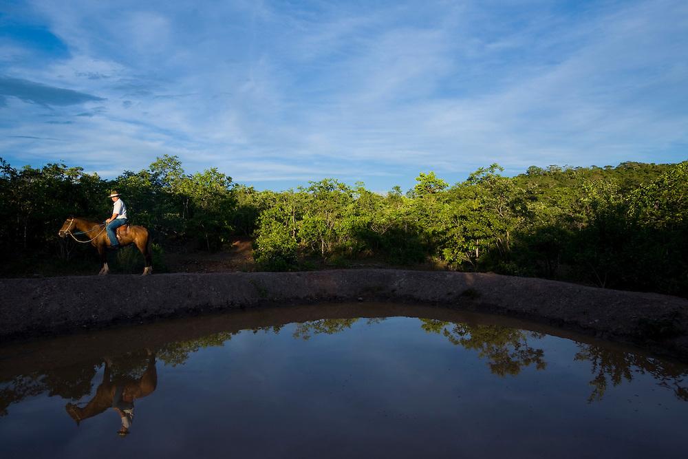 Januaria, 22 de marco de 2009..A fazenda Agroecologica Soma, se intitula uma fazenda produtora de agua. Localiza no municipio de Januaria, a 250 km de Montes Claros, usa a tecnica de Barraginhas ou Bacias de Captacao de Agua de Chuva para recuperar os lencois freaticos e consequentemente os rios da regiao. Em 2005, foram construidas mais de 300 barraginhas na regiao, e acredita-se que o volume de agua dos lencois freaticos cresceu, inclusive com a recuperacao de um rio que corta a propriedade...Na foto, detalhe de uma barraginha na fazenda...FOTO: BRUNO MAGALHAES / AGENCIA NITRO