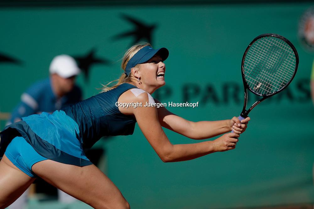 French Open 2009, Roland Garros, Paris, Frankreich,Sport, Tennis, ITF Grand Slam Tournament,<br /> Maria Sharapova (RUS) spielt eine Rueckhand,backhand,action<br /> <br /> <br /> Foto: Juergen Hasenkopf