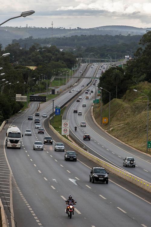 Lagoa Santa_MG, Brasil.<br /> <br /> Trecho da MG 010 que faz parte da Linha Verde, via expressa que liga o centro de Belo Horizonte ao Aeroporto de Confins, Minas Gerais.<br /> <br /> The highway MG 010, It is part of the Linha Verde, expressway connecting the  Belo Horizonte downtown to Confins Airport, Minas Gerais.<br /> <br /> Foto: LEO RUMOND / NITRO