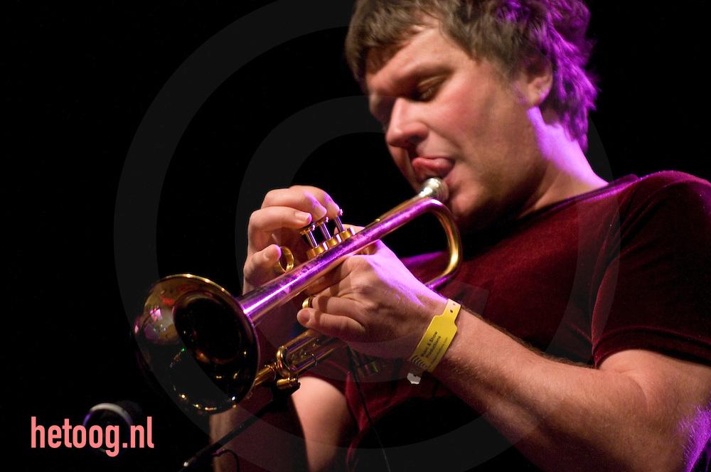 Trompetist Eric Vloeimans likt aan het mondstuk van zijn trompet