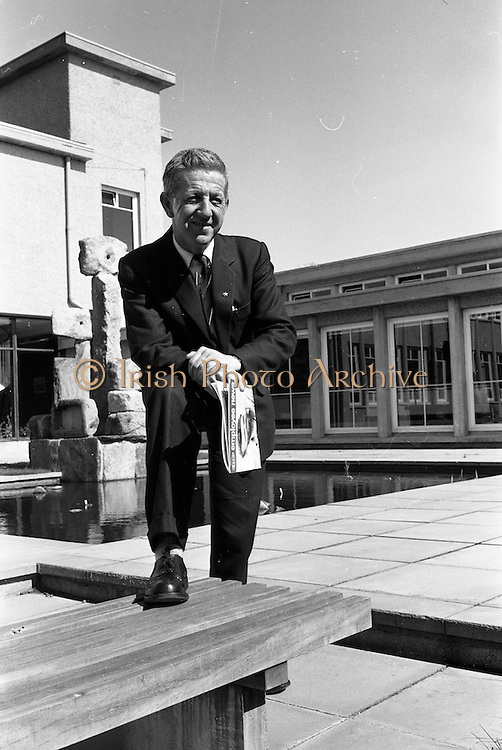 19/04/1963<br /> 04/19/1963<br /> 19 April 1963<br /> Esso staff at Esso Petroleum (Ireland) , Stillorgan, Dublin.  Jimmy Duggan.