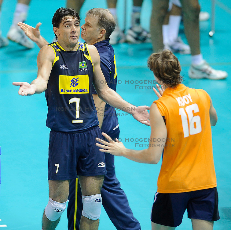 27-06-2010 VOLLEYBAL: WLV NEDERLAND - BRAZILIE: ROTTERDAM<br /> Nederland verliest met 3-2 van Brazilie / Dick Kooy, Giba en Bernardo Rezende<br /> &copy;2010-WWW.FOTOHOOGENDOORN.NL