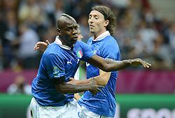 FUSSBALL  EUROPAMEISTERSCHAFT 2012   HALBFINALE Deutschland - Italien              28.06.2012 Mario Balotelli (li) und Riccardo Montolivo (re, beide Italien) jubeln nach dem 0:1