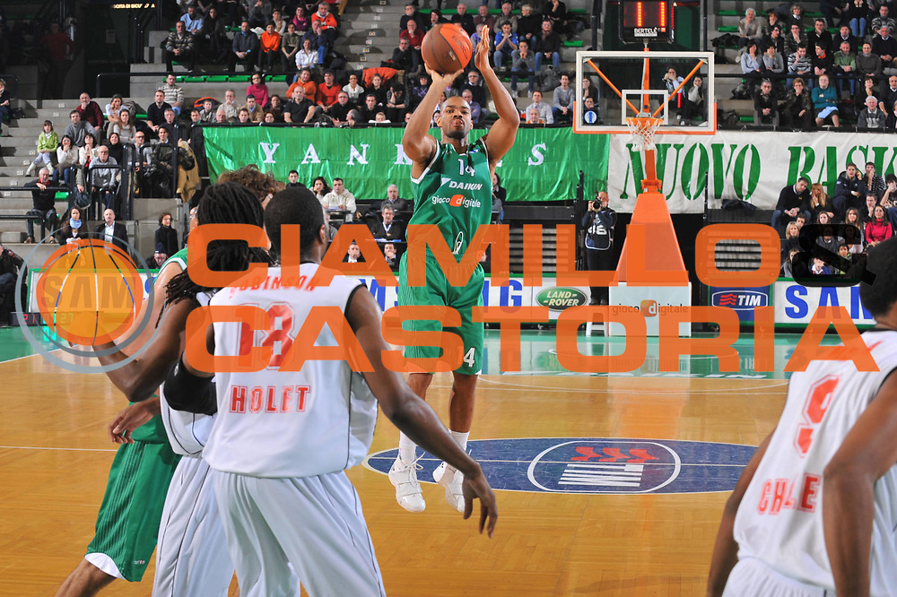 DESCRIZIONE : Treviso Eurocup 2009-10 Regular Season Benetton Gioco Digitale Cholet Basket<br /> GIOCATORE : Gary Neal<br /> SQUADRA : Benetton Gioco Digitale<br /> EVENTO : Eurocup 2009 - 2010<br /> GARA : Benetton Gioco Digitale Cholet Basket<br /> DATA : 05/01/2010<br /> CATEGORIA : Tiro Three Points<br /> SPORT : Pallacanestro<br /> AUTORE : Agenzia Ciamillo-Castoria/M.Gregolin<br /> Galleria : Eurocup 2009<br /> Fotonotizia : Berlino Eurocup 2009-10 Regular Season Benetton Gioco Digitale Cholet Basket<br /> Predefinita :