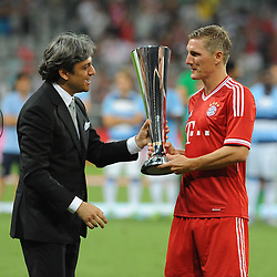 01.08.2013, Allianz Arena, Muenchen, Audi Cup 2013, FC Bayern Muenchen vs Manchester City, im Bild, Bastian SCHWEINSTEIGER (FC Bayern Muenchen) darf an seinem 29.Geburtstag die AUDI-CUP Trophae in Empfang nehmen // during the Audi Cup 2013 match between FC Bayern Muenchen and Manchester City at the Allianz Arena, Munich, Germany on 2013/08/01. EXPA Pictures © 2013, PhotoCredit: EXPA/ Eibner/ Wolfgang Stuetzle<br /> <br /> ***** ATTENTION - OUT OF GER *****