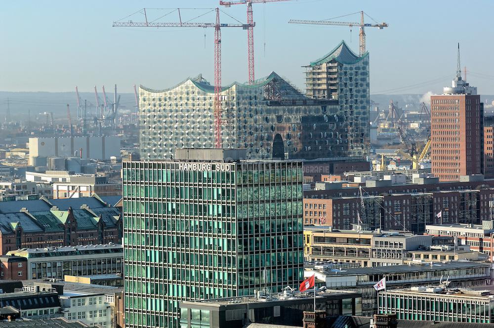 Elbphilharmonie und das Gebäude von Hamburg Süd im Winter