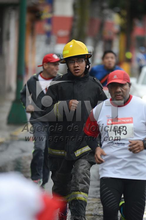 Toluca, México (Septiembre 4, 2016).- Más de 40 bomberos y casi 900 atletas se dieron cita a la quinta edición de la carrera préndete, donde recorrieron las principales avenidas de la capital mexiquense. Agencia MVT / Arturo Hernández.