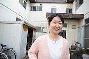 Ayako Oguri, 35, arbetar som en 'hyr-syster' på organisationen New Start. Hon hjälper personer att bryta sin sociala isolering.
