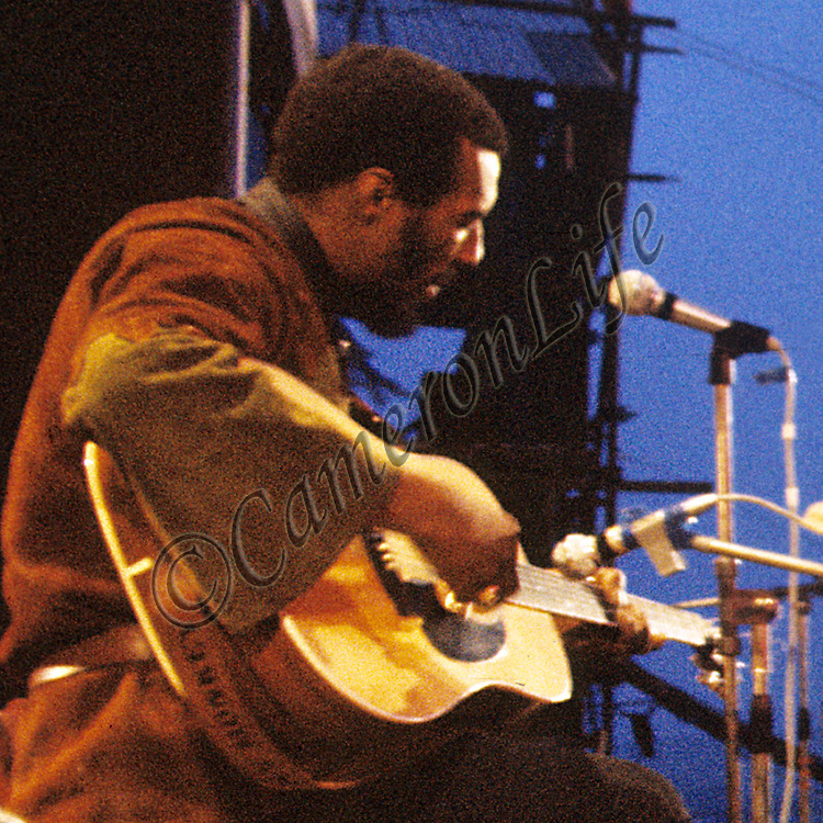 "Richie Havens .- .Richie Havens was the man chosen to close the 1970 Pop Festival along with his regular guitarist Paul Williams. As the sun rose Havens played ""Here Comes the Sun"". Author Brian Hinton having interviewed Charles for his book says ""Charles Everest, whenever about to photograph him, recalls that Havens turned his head to show off his impressive profile""!"