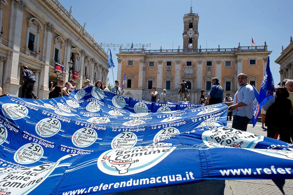 Roma 7 Giugno 2013<br /> Blitz del coordinamento romano per l' acqua pubblica in Campidoglio.<br /> Gli attivisti, ad un anno dalla vittoria al referendum sono saliti in Campidoglio con due grandi bandiere per chiedere al sindaco la ripubblicizzazione dell' acqua