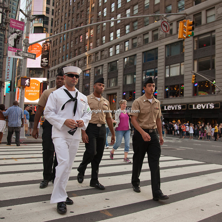 New York , Times square marines and people   in the streets / marins. passants, Times square scenes de rue,   New york - Etats unis