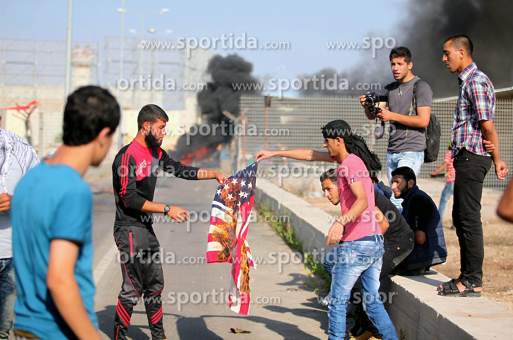 16.10.2015, Gaza city, PSE, Gewalt zwischen Pal&auml;stinensern und Israelis, im Bild  ein US Flagge wird bei Zusammenst&ouml;ssen zwischen Pal&auml;stinensischen Demonstranten und Israelischen Sicherheitskr&auml;fte verbrannt // A Palestinian protester burns U.S flag during clashes with Israeli security forces at the Erez crossing checkpoint in the northern Gaza Strip October 16, 2015. The unrest that has engulfed Jerusalem and the occupied West Bank, the most serious in years, has claimed the lives of 35 Palestinians and seven Israelis. The tension has been triggered in part by Palestinians' anger over what they see as increased Jewish encroachment on Jerusalem's al-Aqsa mosque compound, Palestine on 2015/10/16. EXPA Pictures &copy; 2015, PhotoCredit: EXPA/ APAimages/ Ashraf Amra<br /> <br /> *****ATTENTION - for AUT, GER, SUI, ITA, POL, CRO, SRB only*****