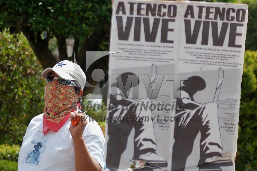Toluca, Mex.- Un grupo de personas se manifestaron a las afueras del Tribunal Superior de Justicia para demandar la libertad de presos politicos del caso de San Salvador Atenco. Agencia MVT / Alfonso Garcia. (DIGITAL)<br /> <br /> <br /> <br /> NO ARCHIVAR - NO ARCHIVE