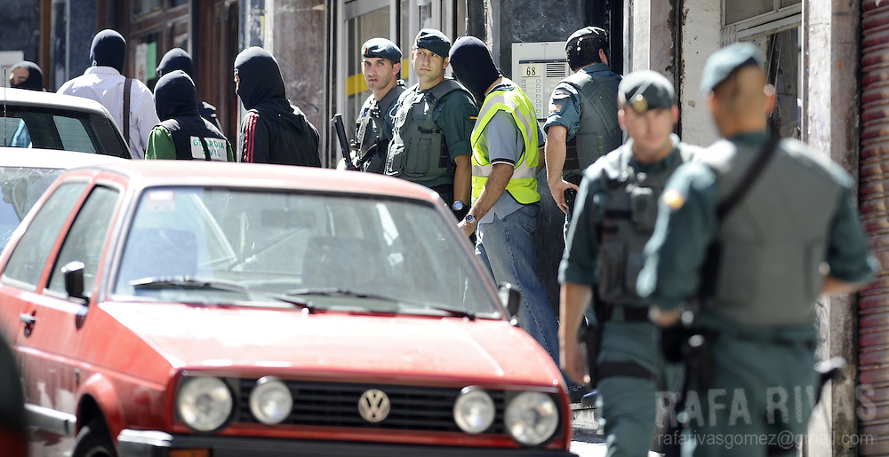 "Several Spanish Civil Guards take part in an operation against Basque separatist group ETA, in the northern Spanish Basque city of Bilbao, on July 22, 2008. Eight suspected members of ETA's ""Comando Bizkaia"" were arrested during the operation. PHOTO Rafa Rivas"
