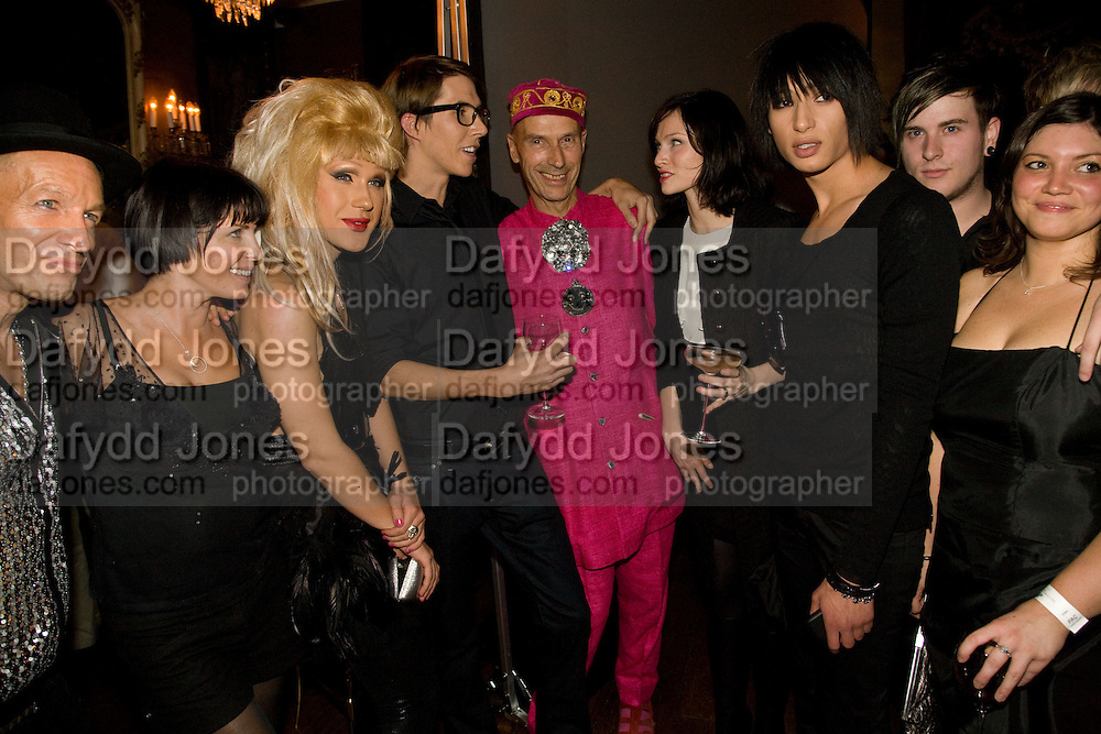 SADIE FROST; JODIE AHRSH;  BEN CHARLES-EDWARDS; ANDREW LOGAN; SOPHIE ELLIS-BEXTOR; NAT WELLER. The Town That Boars Me launch. Beach Blanket Babylon. Ledbury Rd. London. 27 August 2008 *** Local Caption *** -DO NOT ARCHIVE-© Copyright Photograph by Dafydd Jones. 248 Clapham Rd. London SW9 0PZ. Tel 0207 820 0771. www.dafjones.com.
