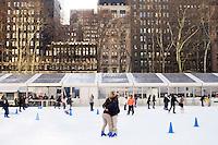 3 Dicembre 2008. New York, NY. Una coppia si abbraccia nel mezzo della pista di pattinaggio adibita a Bryant nei mesi invernali. Ogni anno le strade e i negozi di New York City sfoggiano decorazioni natalizie che attraggono turisti da tutto il mondo.<br /> ©2008 Gianni Cipriano per Io Donna / Corriere della Sera<br /> cell. +1 646 465 2168 (USA)<br /> cell. +1 328 567 7923 (Italy)<br /> gianni@giannicipriano.com<br /> www.giannicipriano.com