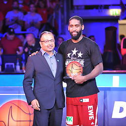 21.06.2015, Brose Arena, Bamberg, GER, Beko Basketball BL, Brose Baskets Bamberg vs FC Bayern Muenchen, Playoffs, Finale, 5. Spiel, im Bild Der Geschaeftsfuehrer von Beko, des Hauptsponsors der BBL, Suehel Semerci (links), uebergibt die MVP-Trophaee an Bradley Wanamaker (Brose Baskets Bamberg / rechts). // during the Beko Basketball Bundes league Playoffs, final round, 5th match between Brose Baskets Bamberg and FC Bayern Muenchen at the Brose Arena in Bamberg, Germany on 2015/06/21. EXPA Pictures © 2015, PhotoCredit: EXPA/ Eibner-Pressefoto/ Merz<br /> <br /> *****ATTENTION - OUT of GER*****