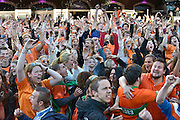 Nederland, Nijmegen, 29-6-2014Oranjefans, publiek in de Molenstraat kijkt naar de wedstrijd Nederland-Mexico voor het wereldkampioenschap voetbal in Brazilie.Oranje, Holland wint met 2-1. Spanning, opluchting en blijdschap, juichen.Foto: Flip Franssen/Hollandse Hoogte