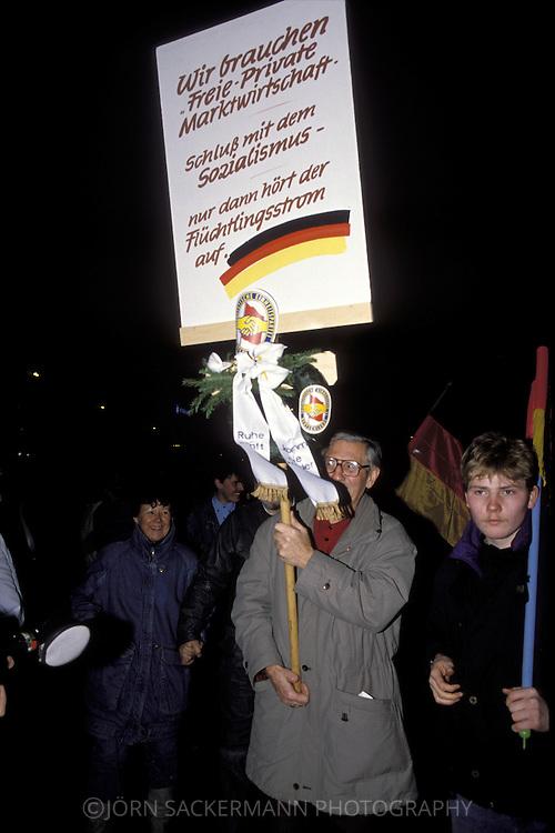 GDR, German Democratic Republic, Leipzig, Monday Demonstrations December 1989, demonstrator with a placard, which claims free market economy.....DDR, Deutsche Demokratische Republik, Leipzig, Montagsdemonstration Dezember 1989, Demonstrant mit einem Plakat, das die freie Marktwirtschaft fordert...1989....