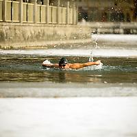 Hombres y mujeres chinas en su mayoría de la tercera edad, nadan en las aguas congeladas del lago de Ho Hai, en Beijing Lunes 22 de Enero del 2008. Beijing, China. Fotos: Mexsport/ Bernardo De Niz