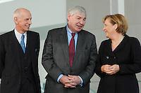 """16 OCT 2006, BERLIN/GERMANY:<br /> Ludwig Georg Braun, Praesident Deutscher Industrie- und Handelskammertag, DIHK, Michael Sommer, Vorsitzender Deutscher Gewerkschaftsbund, DGB, und Angela Merkel, CDU, Bundeskanzlerin, (v.L.n.R.), im Gespraech, waehrend einer Pressekonferenz nach dem Spitzengespraech """"Familie und Wirtschaft"""" der Bundeskanzlerin mit der Impulsgruppe der """"Allianz für die Familie"""", Bundeskanzleramt<br /> IMAGE: 20061016-01-023<br /> KEYWORDS: Spitzengespräch, Gespräch"""