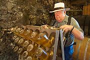 Edelbrennerei Dieter Walz, Rüttelgestell Apfelsekt, Odenwald, Hessen, Deutschland