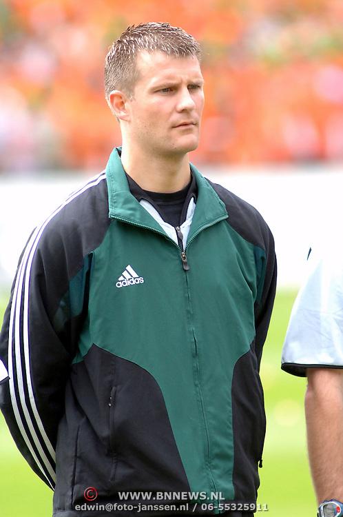 NLD/Rotterdam/20060604 - Vriendschappelijke wedstrijd Nederland - Australie, vierde official Richard Liesveld