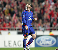Photo: Lee Earle.<br /> Benfica v Manchester United. UEFA Champions League.<br /> 07/12/2005. United's Wayne Rooney looks dejected after trailing to Benfica.