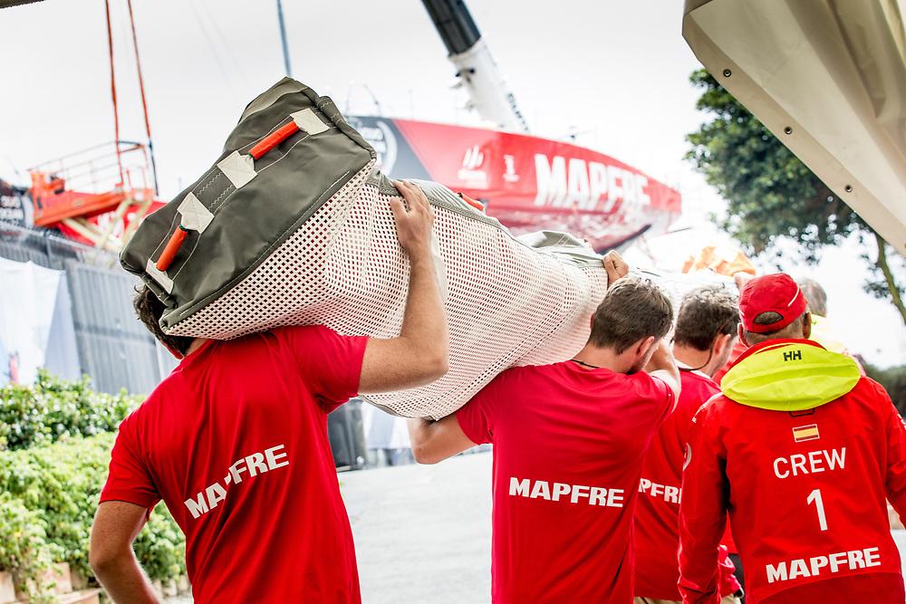 © Maria Muina I MAPFRE. Shore crew moving the sails of MAPFRE. El shore crew cargando las velas del MAPFRE.
