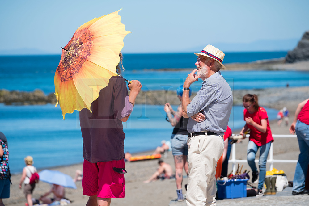 © Licensed to London News Pictures. 29/06/2018. Aberystwyth, UK.  People flock to the seaside in Aberystwyth as the scorchingly hot  and very dry weather continues to dominate the UK. Photo credit: Keith Morris/LNP