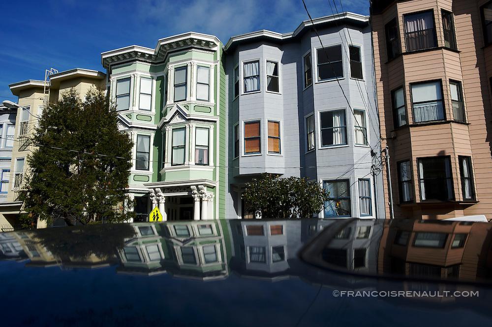 Belles demeures de style victorien sur Ashbury Street, Haight-Ashbury, San Francisco.<br /> <br /> In Victorian style beautiful residences on Ashbury Street, Haight-Ashbury, San Francisco.