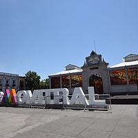 Toluca, México.- (Mayo 29, 2018).- A unos días cambiarse el letrero del Cosmovitral de Toluca y para evitar que sea vandalizado como el anterior letrero fueron colocadas a su alrededor unas rejas metálicas para evitar sean maltratadas. Agencia MVT / Crisanta Espinosa.