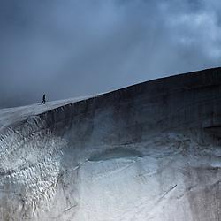 Un homme marche sur un glacier, Islande
