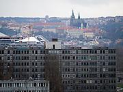 Prager Stadtpanorama - im Vordergrund eine alte Hausfassade im Kontrast zur Prager Burg.<br /> <br /> Prague urban landscape - an old house front in contrast to the Prague Castle.
