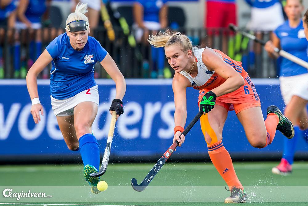 AMSTELVEEN - Nederland - Tsjechie , Hockey , Ek Hockey 2017 Dames / Euro Hockey Championships 2017 , Wagener Stadion , 22-08-2017 , Nederland speelster Laurien Leurink (r) in duel met t2 (l)