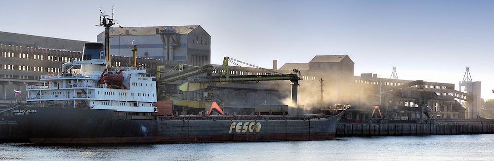 Im Rethe-Hafen Getreide wird auf ein russisches Schiff verladen